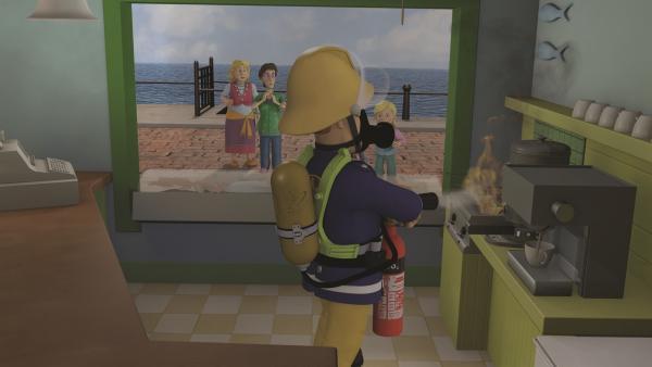 Feuerwehrmann Sam löscht das Feuer über der Fritteuse.   Rechte: KiKA/2011 Prism Art & Design Limited