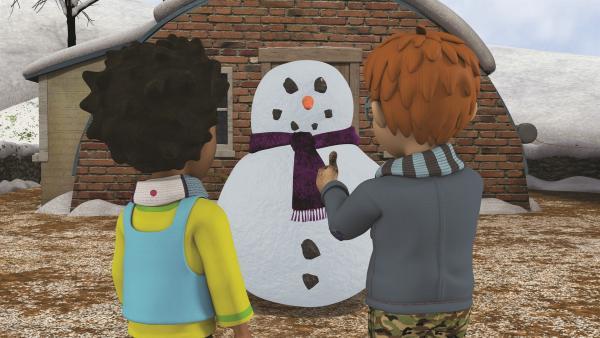 Mandy und Norman schmücken ihren Schneemann mit Dilys Lieblingsschal. | Rechte: KiKA/2011 Prism Art & Design Limited
