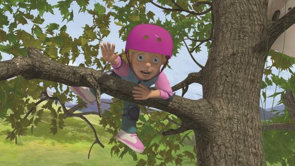Sarah kann sich kaum noch auf dem Baum halten.   Rechte: KiKA/2011 Prism Art & Design Limited