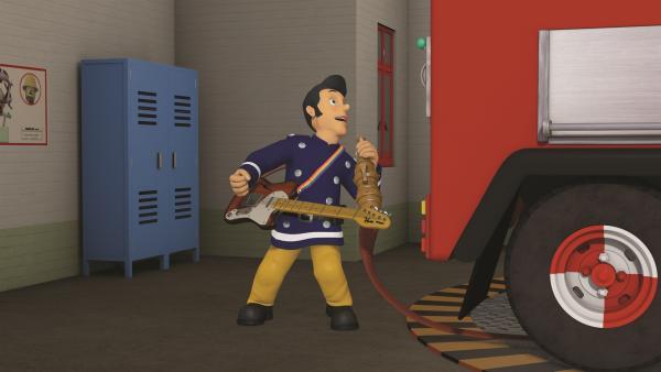 Elvis übt jede Minute für seinen großen Auftritt auf dem Wohltätigkeitskonzert.   Rechte: KiKA/2011 Prism Art & Design Limited