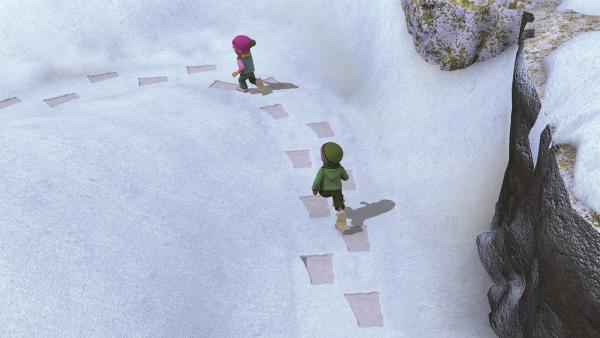 Sarah und James folgen den großen Fußspuren. | Rechte: KiKA/2011 Prism Art & Design Limited