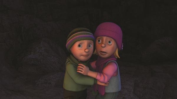 Sarah und James fürchten sich in der großen, kalten Höhle. | Rechte: KiKA/2011 Prism Art & Design Limited