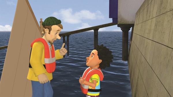 Charlie erklärt Mandy, was man als Seglerin alles wissen muss. | Rechte: KiKA/2011 Prism Art & Design Limited