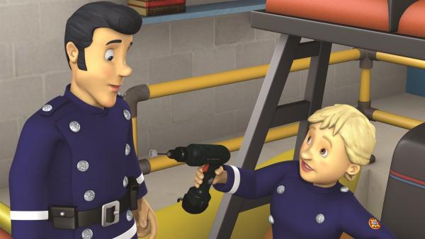 Penny und Elvis reparieren die Rettungsboote. | Rechte: KiKA/2011 Prism Art & Design Limited