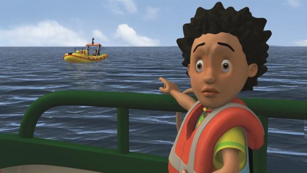 Mandy entdeckt, dass das Rettungsboot ins offene Meer treibt.   Rechte: KiKA/2011 Prism Art & Design Limited