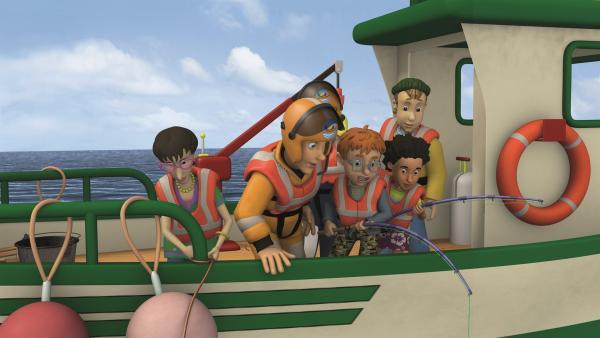 Während die anderen auf Normans und Mandys Angel achten, lockert Dilys das Seil zum Rettungsboot.   Rechte: KiKA/2011 Prism Art & Design Limited