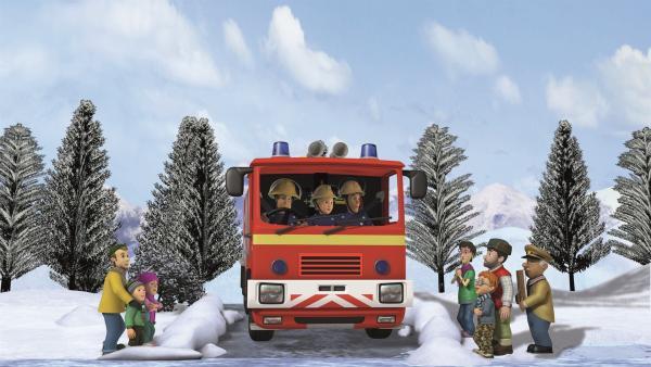 Feuerwehrmann Sam ist zur Stelle und versucht, den Bus von der Eisfläche zu holen. | Rechte: KiKA/2011 Prism Art & Design Limited