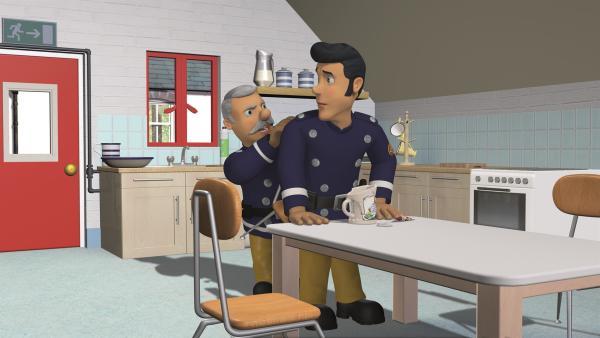 Hauptfeuerwehrmann Steele kann es nicht fassen, dass Elvis die Tasse kaputt gemacht hat.   Rechte: KiKA/2011 Prism Art & Design Limited
