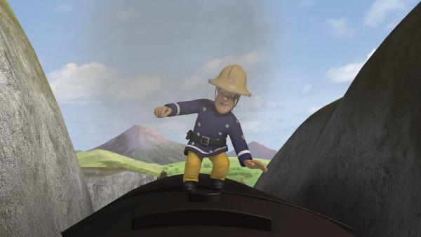 Feuerwehrmann Sam muss die Balance halten, um die anderen retten zu können. | Rechte: KiKA/2011 Prism Art & Design Limited