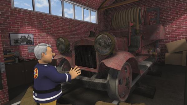 Hauptfeuerwehrmann Steele traut seinen Augen nicht: In einem verlassenen Schuppen <br/>am Bahnhof findet er sein erstes Löschfahrzeug Bessie wieder. | Rechte: KiKA/2011 Prism Art & Design Limited