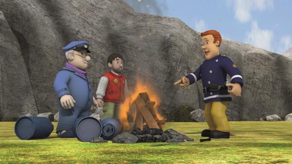 Feuerwehrmann Sam erklärt Gareth und Moose, wie explosiv Gasflaschen neben dem Feuer sein können.   Rechte: KiKA/2011 Prism Art & Design Limited