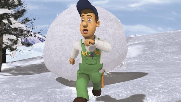 Mike versucht, sich vor einer riesigen Schneeballkugel zu retten. | Rechte: KiKA/2011 Prism Art & Design Limited
