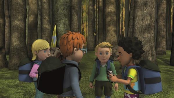 Sarah, James, Norman und Mandy beratschlagen sich, wie sie die Männer retten können. | Rechte: KiKA/2011 Prism Art & Design Limited