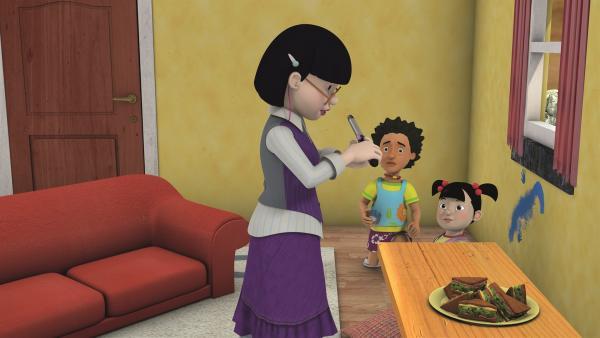 Frau Chen hat für ihren Frauenabend einen Lockenstab mitgebracht.   Rechte: KiKA/2011 Prism Art & Design Limited