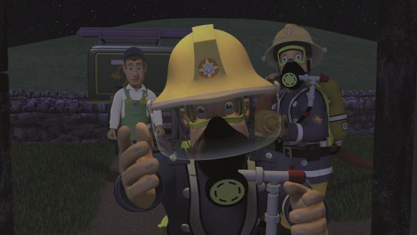 Feuerwehrmann Sam holt die Frauen behutsam aus dem Haus.   Rechte: KiKA/2011 Prism Art & Design Limited
