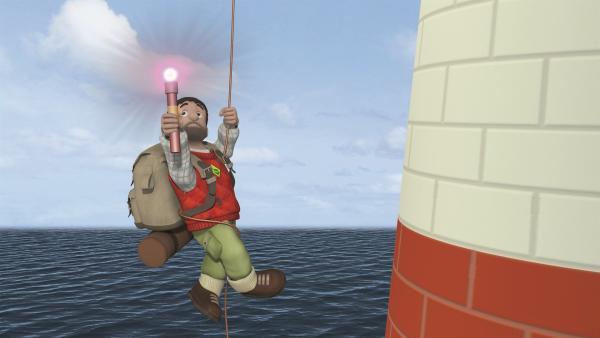 Moose gibt mit der Taschenlampe Leuchtsignale.   Rechte: KiKA/2011 Prism Art & Design Limited