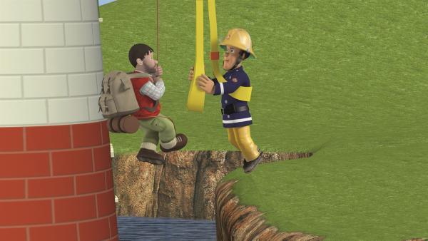 Feuerwehrmann Sam versucht, auf den Leuchtturm zu gelangen.   Rechte: KiKA/2011 Prism Art & Design Limited