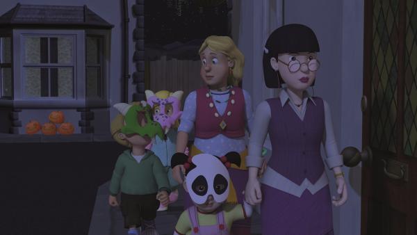 """Frau Chen, Gwendolyn und die Kinder ziehen durch die Straßen, um """"Süßes, sonst gibt's Saures"""" zu singen.   Rechte: KiKA/2011 Prism Art & Design Limited"""