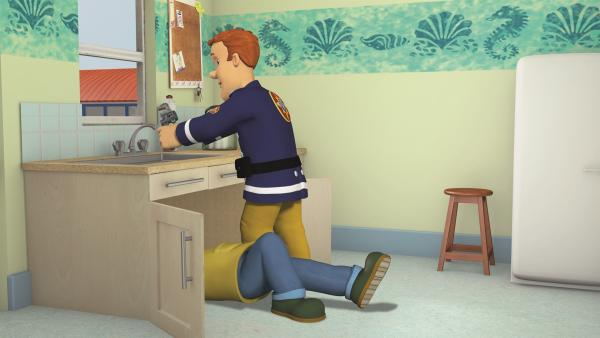 Feuerwehrmann Sam hilft seinem Bruder Charlie bei Reparaturarbeiten im Haus. | Rechte: KiKA/2011 Prism Art & Design Limited