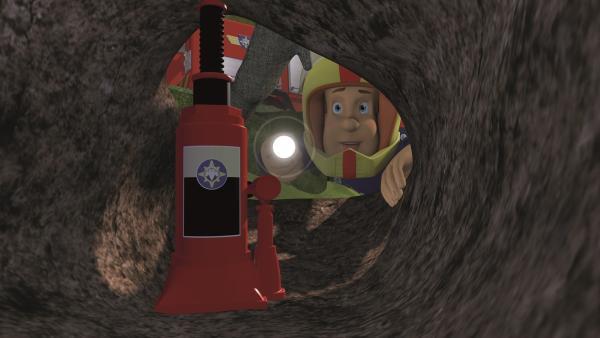 Feuerwehrmann Sam kann die Erde abstützen.   Rechte: KiKA/2011 Prism Art & Design Limited