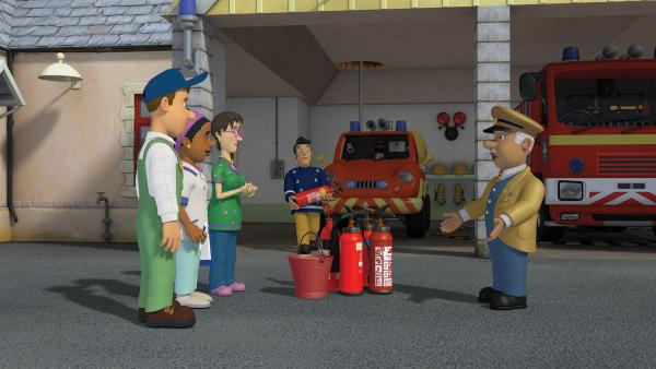 Die freiwillige Feuerwehr lernt die verschiedenen Feuerlöscher kennen. | Rechte: KiKA/2014 Prism Art & Design Limited