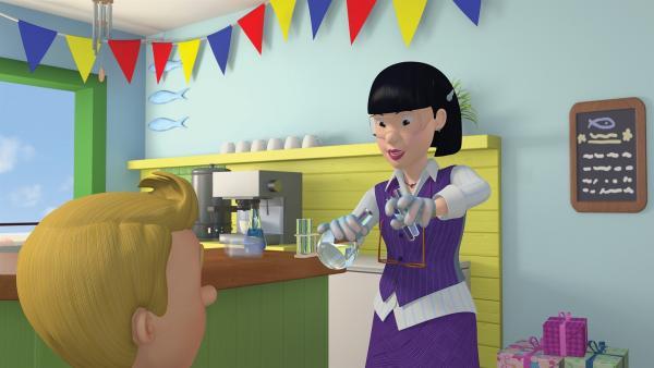 Frau Chen zeigt James die Wirkungsweisen der Chemie.    Rechte: KiKA/2014 Prism Art & Design Limited