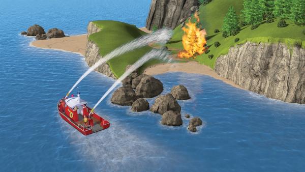 Mit Hilfe des neuen Schiffes Titan kann Feuerwehrmann Sam das Feuer auf Pontypandy Eiland löschen. | Rechte: KiKA/2014 Prism Art & Design Limited