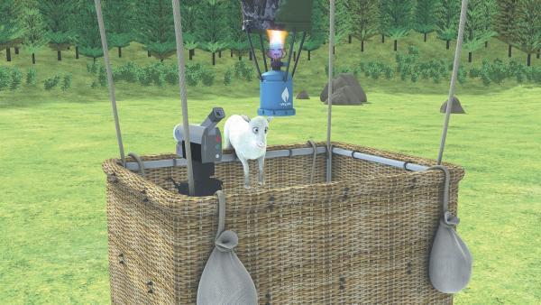 Lämmchen klettert heimlich in den Korb des Heißluftballons.   Rechte: KiKA/2014 Prism Art & Design Limited