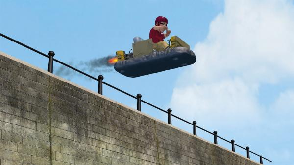 Joe Sparkes hat sein Luftschiff nicht mehr unter Kontrolle und fliegt über den Kai. | Rechte: KiKA/2014 Prism Art & Design Limited