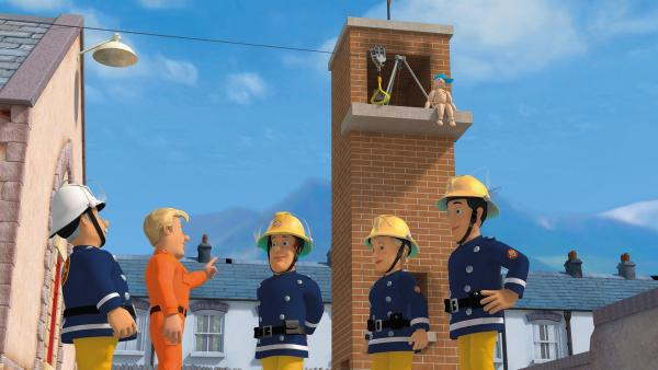 Tom Thomas schult die Feuerwehrleute an der Seilrutsche. | Rechte: KiKA/2014 Prism Art & Design Limited