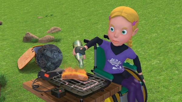 Hannah löscht die brennende Grillwurst mit einer Flasche Wasser.   Rechte: KiKA/2014 Prism Art & Design Limited