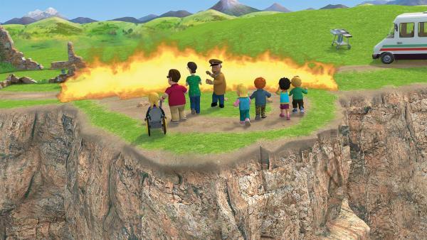 Die Flammenwand drängt die Kinder, Joe, Dilys und Trevor näher an die Klippen.   Rechte: KiKA/2014 Prism Art & Design Limited