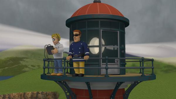 Feuerwehrmann Sam und Ben überprüfen die Warnsignale am Leuchtturm.    Rechte: KiKA/2014 Prism Art & Design Limited