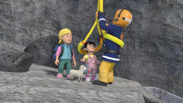 Dank Lämmchens Hilfe kann Feuerwehrmann Sam Sarah und Lily retten. | Rechte: KiKA/2014 Prism Art & Design Limited