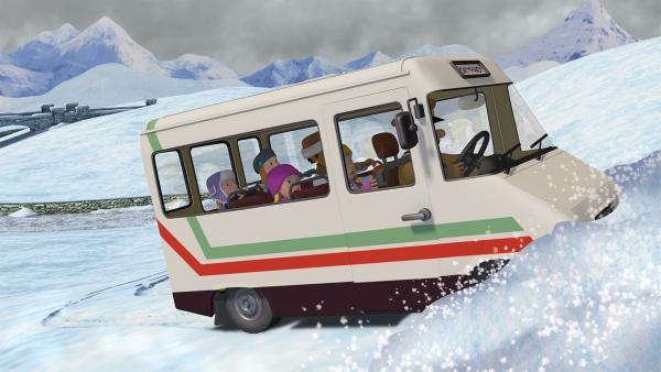 Trevor verliert die Kontrolle über den Bus und fährt auf einen Schneehügel zu.   Rechte: KiKA/2014 Prism Art & Design Limited