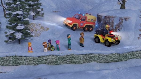 Feuerwehrmann Sam, Penny und Elvis sind sofort zur Stelle, um Mandy zu retten. | Rechte: KiKA/2014 Prism Art & Design Limited