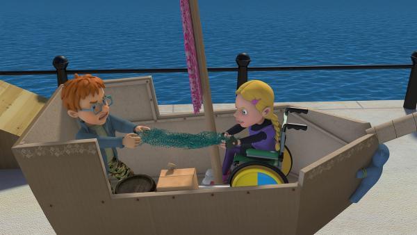 Hannah und Norman streiten sich über die Requisiten ihres Piratenschiffs. | Rechte: KiKA/2014 Prism Art & Design Limited
