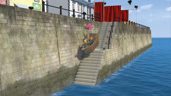 Das Piratenschiff gerät außer Kontrolle und rollt mit Hannah und Norman ins Meer. | Rechte: KiKA/2014 Prism Art & Design Limited