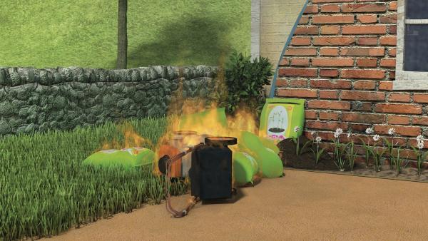 Der Rasenmäher rast auf die Düngesäcke zu und fängt Feuer. | Rechte: KiKA/2014 Prism Art & Design Limited