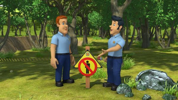 Feuerwehrmann Sam und sein Kollege unternehmen eigene Nachforschungen, um den angeblichen Außerirdischen auf die Schliche zu kommen. | Rechte: KiKA/Prism Art & Design Limited/HIT Entertainment