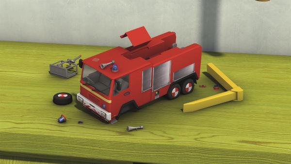 Hannah hat heimlich mit dem Feuerwehrauto gespielt. Jetzt ist es kaputt.    Rechte: KiKA/Prism Art & Design Limited