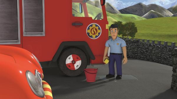 Elvis hat keine Lust, die Feuerwehrautos zu putzen.   Rechte: KiKA/Prism Art & Design Limited