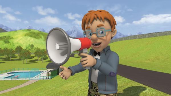 Norman dreht einen Actionfilm und gibt Ansagen über ein Megafon. | Rechte: KiKA/Prism Art & Design Limited