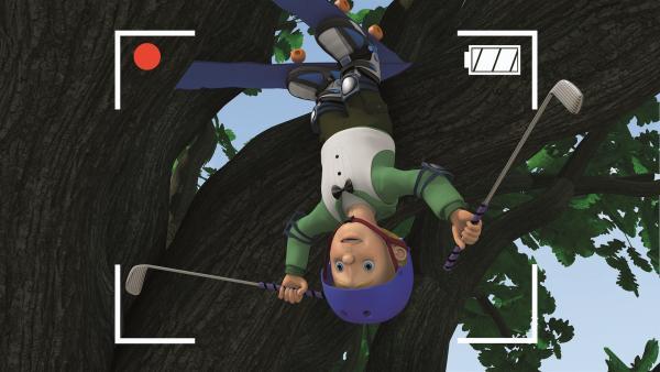 James' Stunt ist nicht geglückt. Er ist im Baum gelandet.   Rechte: KiKA/Prism Art & Design Limited