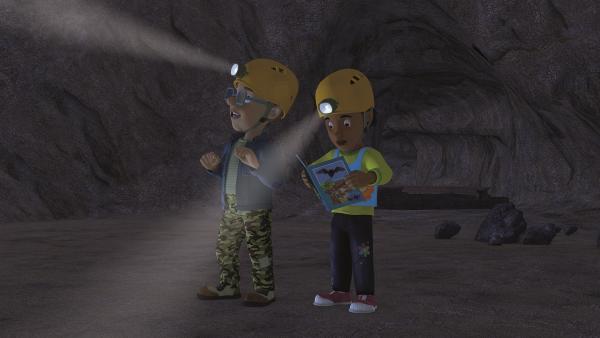 Norman und Mandy sind in der dunklen Höhle.   Rechte: KiKA/Prism Art & Design Limited