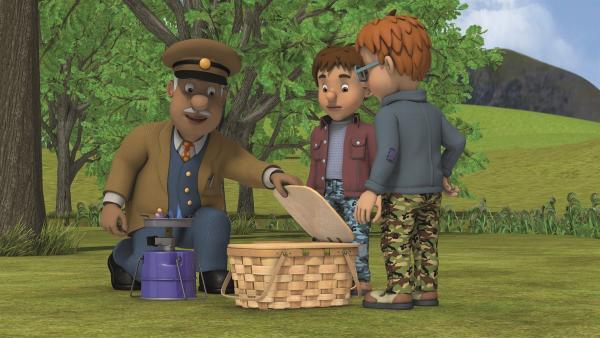 Trevor möchte mit Norman und Derek das Picknick vorbereiten.    Rechte: KiKA/Prism Art & Design Limited