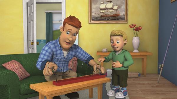 James zeigt seinem Onkel das Spiel 'Heißer Draht'.  | Rechte: KiKA/Prism Art & Design Limited
