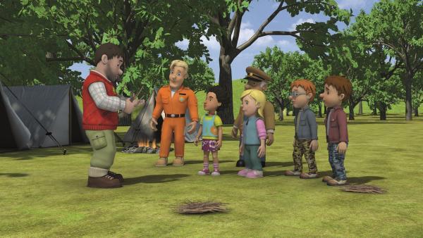 Moose führt den Kindern vor, wie sie aus Weidenruten Tierfiguren flechten können.    Rechte: KiKA/Prism Art & Design Limited