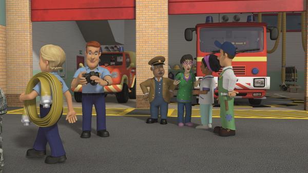 Sam möchte von den freiwilligen Helfern der Feuerwehr ein Foto machen.  | Rechte: KiKA/Prism Art & Design Limited