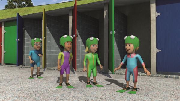 Als Frösche kostümiert, freuen sich die Kinder auf ihre Aufführung im Freibad. | Rechte: KiKA/Prism Art & Design Limited